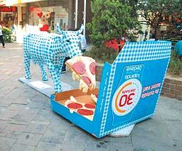 Dominos Pizzadan Pizza Yiyen Inek Heykeli Ekonomi Haberleri