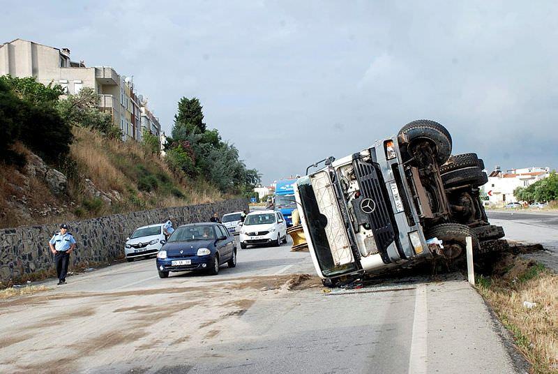 Beton kamyonu yolcu otobüsüne çarptı: 4 yaralı