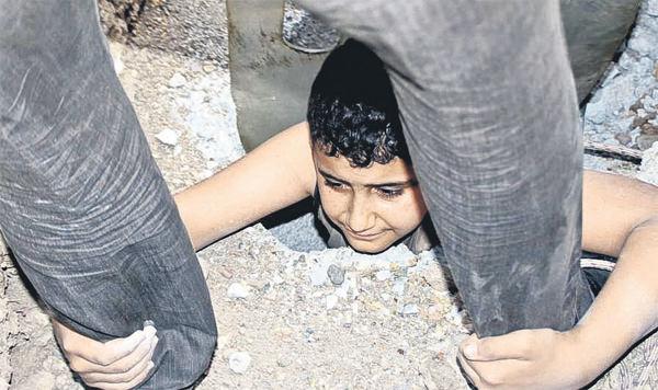 Saklambaç oynarken beton çukura düştü