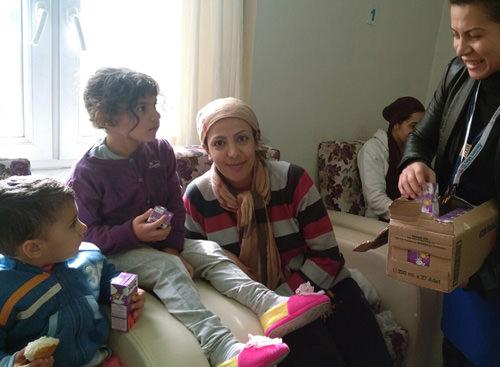 Dikilide mültecilere gönül desteği